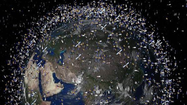 تسبح كميات كبيرة من الحطام في الفضاء فيما يعرف بالنفايات الفضائية. تلك النفايات مهددة بالسقوط على الأرض أو الاصطدام بأقمارٍ اصطناعية وهو ما من شأنه أن يحدث تأثيرات قد تكون خطيرة جداً.